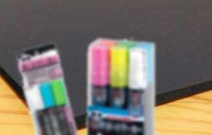 ペン、固形マーカー、筆と使える画材はいろいろあるんですよ。
